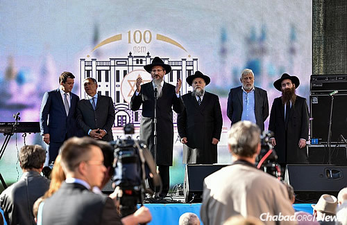Chief Rabbi of Russia Berel Lazar joins Tatarstan leaders, including President Rustam Minnikhanov, second from left, and Jewish representatives in addressing the crowd. (Photo: Eli Segal)