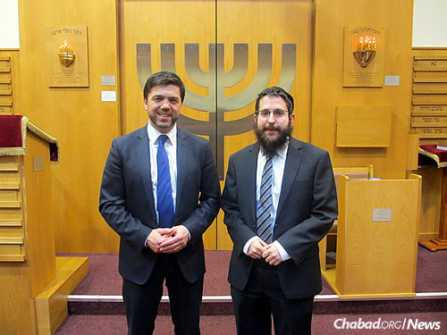 Secretary of State for Wales Stephen Crabb, left, paid a visit to the Cardiff United Synagogue, led by Chabad-Lubavitch emissary Rabbi Michoel Rose.