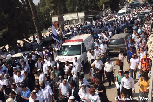 An enormous crowd gathers at the Har Hamenuchot cemetery in Jerusalem to pay their last respects to Rabbi Eitam and Na'ama Henken, who were murdered by terrorists on Thursday night. (Photo: Gush Etzion Regional Council)