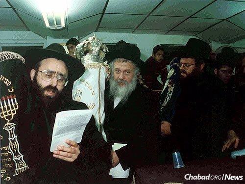The procession of a Unity Torah in Israel, led by, from left, Rabbi M.M. Glukowsky, Rabbi Y. Yaroslavsky and Rabbi Moshe Shmuel Oirechman.