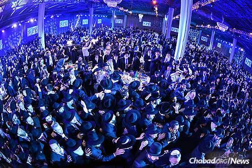 The joyous crowd gathered at last year's gala event. (Photo: Baruch Ezagui, Kinus.com)