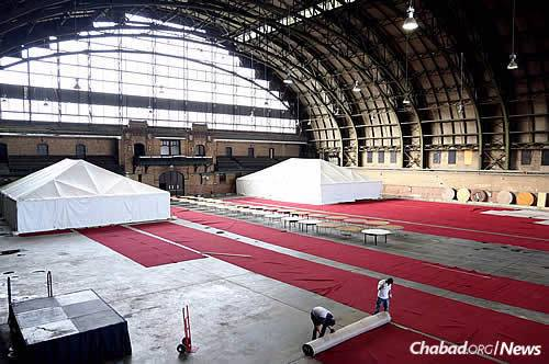 The Union-Bedford Armory— the venue for the Kinus workshops, general sessions and Shabbat meal—gets transformed into an elegantly designed conference center, as does the South Brooklyn Marine Terminal, the site of the Sunday-night gala dinner. (Photo: Mendel Benhamou. Kinus.com)