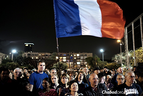 Israelis gather in Tel Aviv on Saturday night in support of the French people after terror attacks in Paris on Friday night left 129 dead and many critically injured. (Photo: Tomer Neuberg/Flash 90)