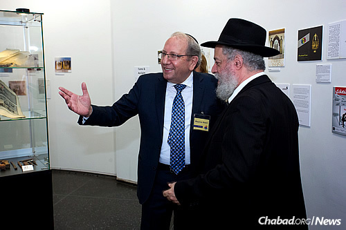 Nseiri, left, with Rabbi Yerachmiel Benjaminson, executive director of the Jewish Children's Museum (Photo: Meir Pliskin)