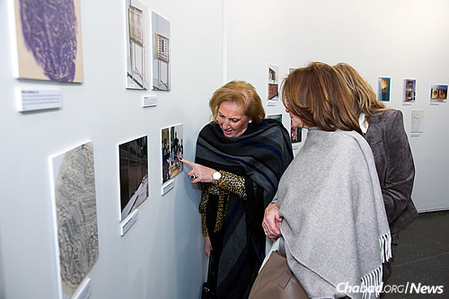 Observing depictions of the old Jewish Quarter in Damascus, the Omayad Bazaar. (Photo: Meir Pliskin)