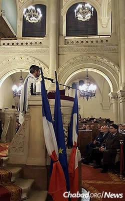Hundreds gathered at Synagogue de la Victoire in Paris on Sunday evening for a memorial service, including the country's Chief Rabbi Chaim Korsia and local government officials.