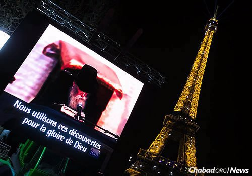 The grand menorah-lighting took place in Paris this evening with an estimated 6,000 people in attendance. (Photo: Thierry Guez)