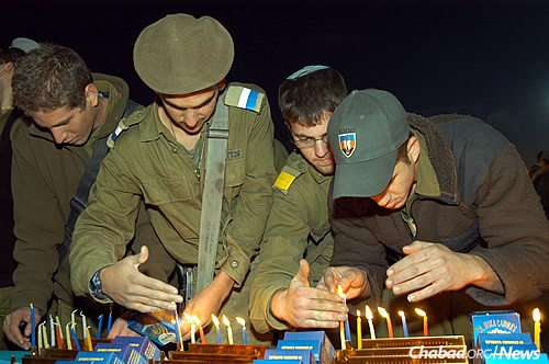 Chabad centers have organized visits and packages to Israel Defense Forces soldiers for the eight-day Chanukah holiday. (Photo: Chabad of Eilat)