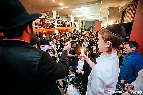 The havdalah ceremony marking the conclusion of Shabbat being performed at a Shabbaton for the St. Petersburg Jewish community in honor of 19 Kislev.