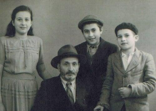 L'auteure avec son père et ses frères en France, en route pour les États-Unis