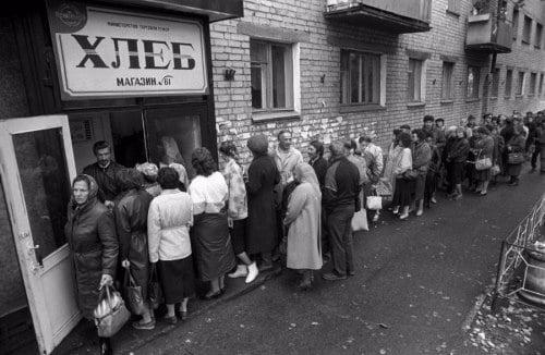 Pendant des décennies, faire de longues heures de queue pour recevoir une ration de pain faisait partie du quotidien en Russie soviétique.