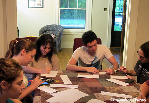 Students at Chabad at SIU in Carbondale, Ill., write letters to Jewish inmates …