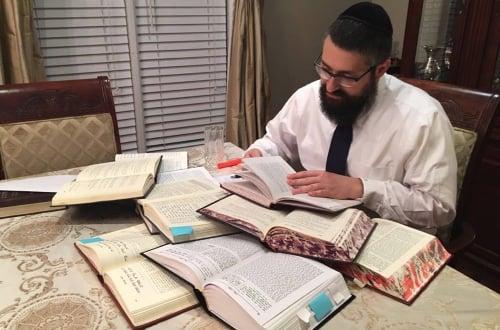 Rabi Mendel Kaplan se preparando para sua aula.