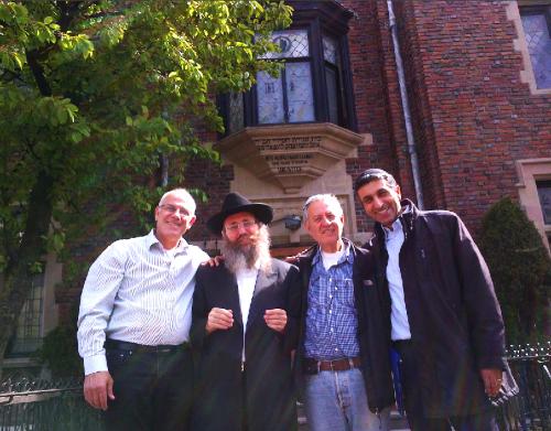 """אליעזר שחף (משמאל) עם הרב בקרמן וידידים ב""""770"""", בית הכנסת של הרבי והמרכז העולמי של חב""""ד"""