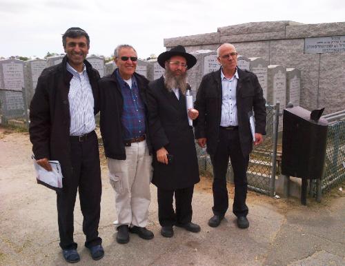 אליעזר שחף (משמאל) עם הרב בקרמן וידידים לפני הכניסה לאוהל של הרבי