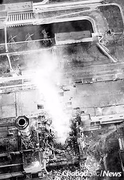 The destroyed No. 4 reactor on fire at the Chernobyl nuclear plant on April 26, 1986. Plumes of flame sent nuclear fallout high into the atmosphere. (Photo: Wikimedia Commons)
