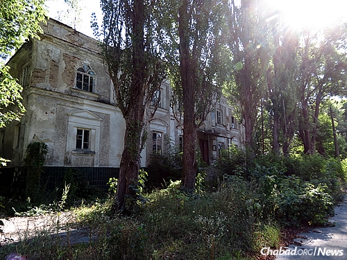 The abandoned synagogue building in Chernobyl. The city and the surrounding regions were heavily Jewish areas, and in Jewish history the town's name is most often associated with Rabbi Nochum of Chernobyl, a famed colleague of Rabbi Schneur Zalman of Liadi, the founder of Chabad. (Photo: Wikimedia Commons)
