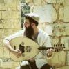 הוא הסתובב בהודו, בסין, בקרב המוסלמים... ולמד לנגן בכלים אקזוטיים