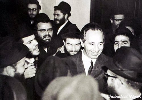 Peres at Lubavitch World Headquarters; he sought the Lubavitcher Rebbe's guidance over the years on numerous issues.