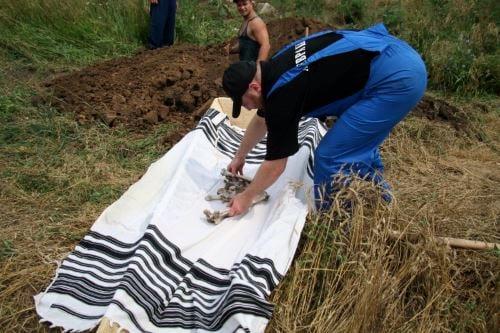 עצמות מקבר אחים מובאות לקבורה