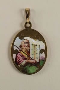 Una medalla similar a la que tenía Alejandro, fue encontrada en un campo de concentración.