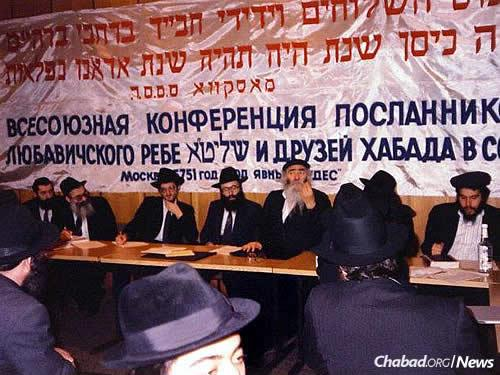 A conference of Chabad emissaries and friends of Chabad gathers in Moscow in 1991. Rabbi Berel Lazar sits third from the left; Rabbi Moshe Moskovitz is the first from the right.